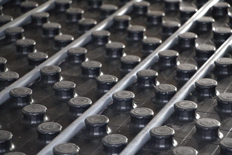 Das Schlauchsystem einer Fußbodenheizung in Nahaufnahme.