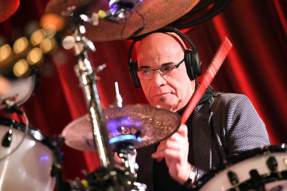 Schlagzeuger Klaus Selmke der Band City sitzt auf der Bühne am Schlagzeug.