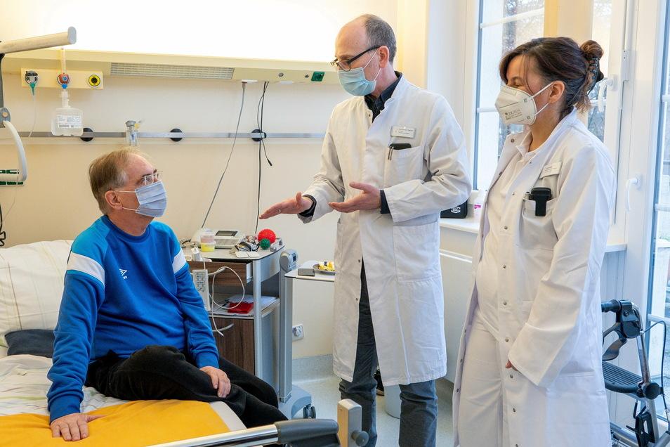 Der Chefarzt des Coswiger Fachkrankenhauses, Dirk Koschel, und die Oberärztin Ina Schindler im Gespräch mit Udo Dietze. Als der 63-jährige Coronakranke ankam, konnte er sich nicht bewegen. Dank der in Coswig praktizierten Frührehabilitation hatte er n