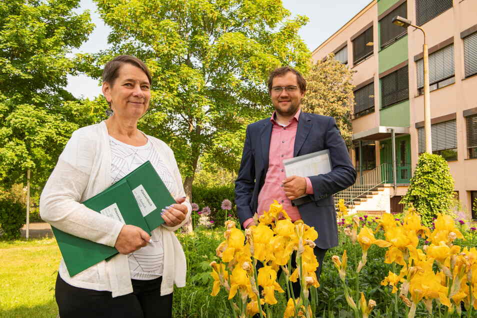Zwei Klassenbücher für zwei neue fünfte Klassen: Die Leiterin der Oberschule Ebersbach, Birgit Büchner, und Bürgermeister Falk Hentschel freuen sich, alle Schüler aufnehmen zu können.