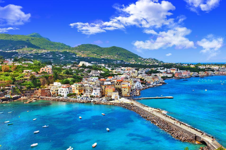 Blick auf den Hafen von Ischia