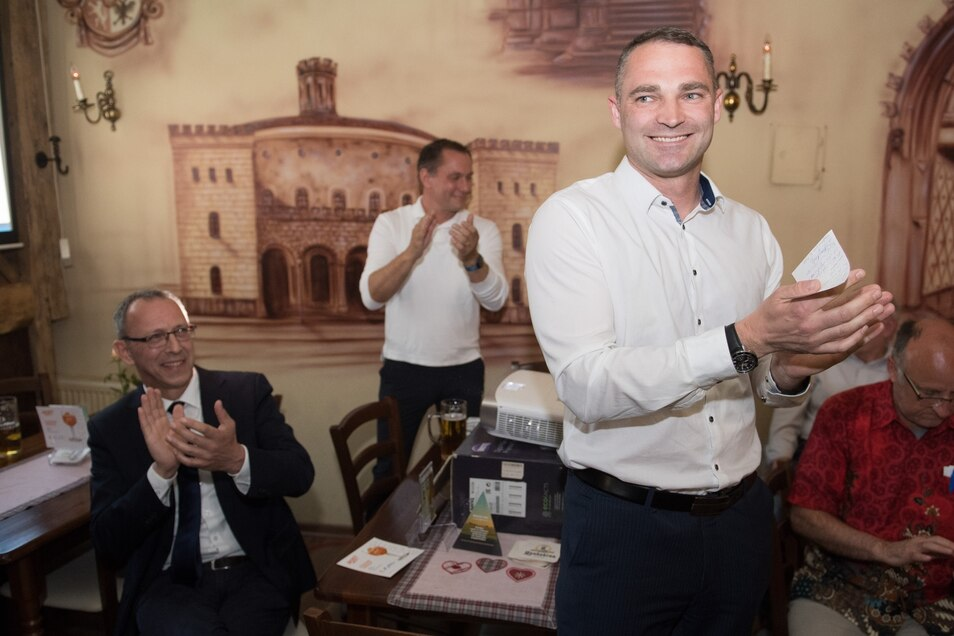 Urban (l-r), der AfD-Bundestagsabgeordnete Tino Chrupalla und Sebastian Wippel, AfD-Landtagsabgeordneter und OB-Kandidat für Görlitz, während einer Wahlparty am 26. Mai 2019. Wippel lag zu dem Zeitpunkt bei der Oberbürgermeisterwahl noch vorn.
