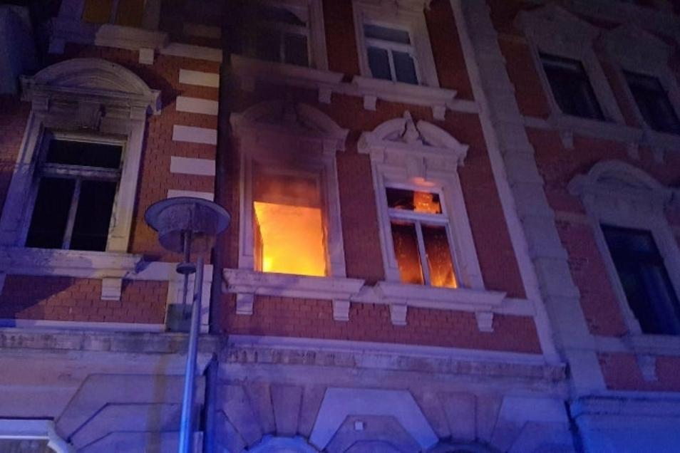Gestern Abend musste die Feuerwehr in Meißen ausrücken: Es brannte eine Wohnung im ersten Stock am Wilhelm-Walkhoff-Platz. Eine Person wurde dabei gerettet.