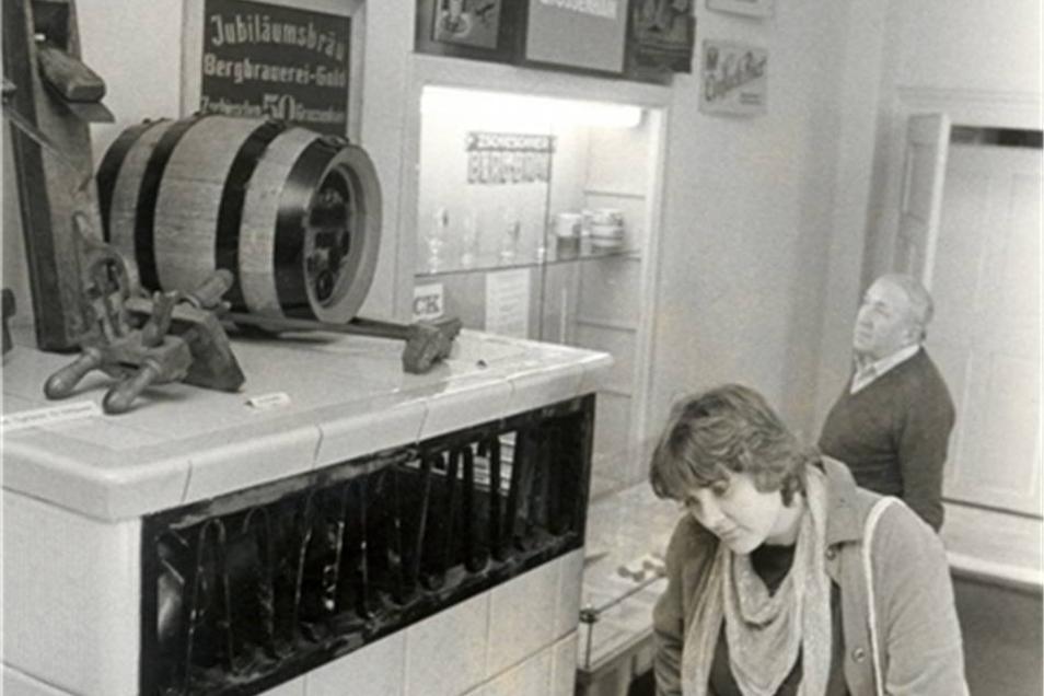 """120-Jahre-Ausstelltung Der VEB Bergbrauerei Großenhain feierte 1984 das 120-jährige Bestehen des Betriebes. Eine Ausstellung im dortigen Aufenthaltsraum machte mit den Erzeugnissen der Brauerei bekannt. Fünf Jahre später, 1989, wurde auch das 125-jährige Jubiläum der """"Bergbrauerei Zschieschen"""" begangen. Ein Jubiläumsglas wurde hergestellt. Zu der Zeit gehörte die Brauerei zur Versorgungsgemeinschaft der drei Kreise Großenhain-Riesa-Meißen."""
