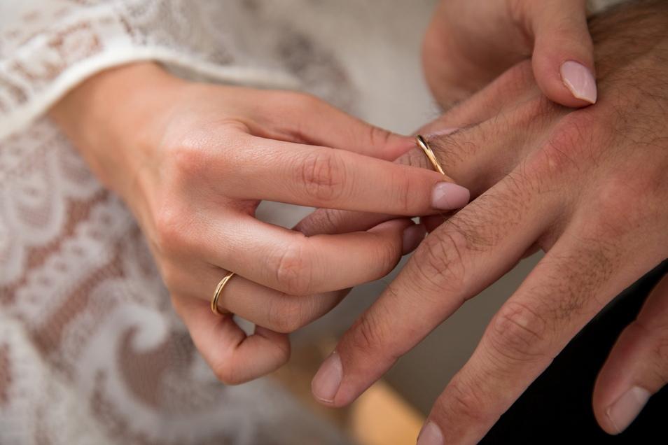 Paare können sich entweder gemeinsam oder getrennt veranlagen lassen. Sie sollten prüfen, welche Variante die günstigste ist.