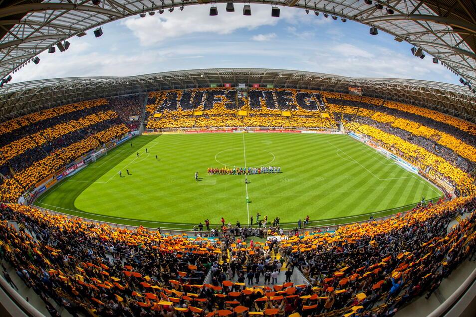 Im ausverkauften Stadion und mit einer beeindruckenden Choreographie im gesamten Stadion feierte Dynamo mit den Fans den Aufstieg vor fünf Jahren. Das ist diesmal nicht möglich.