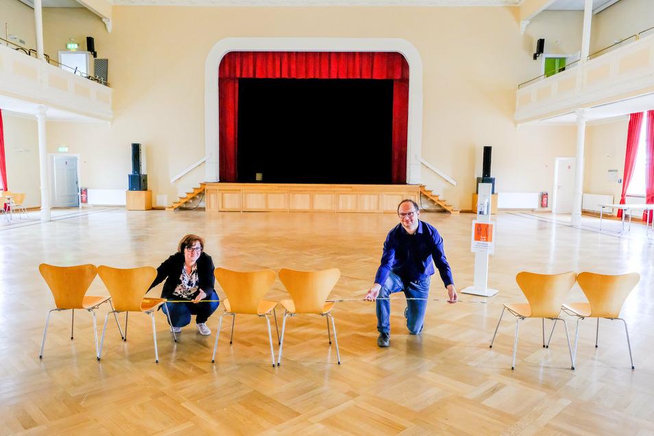 Wie eng beieinander dürfen in Veranstaltungsräumen wie der Coswiger Börse nach der aktuellen Corona-Verordnung die Stühle der Besucher stehen? Thomas Kretschmer und Christiane Böttger warten auf die Bestätigung der Hygienekonzepte.
