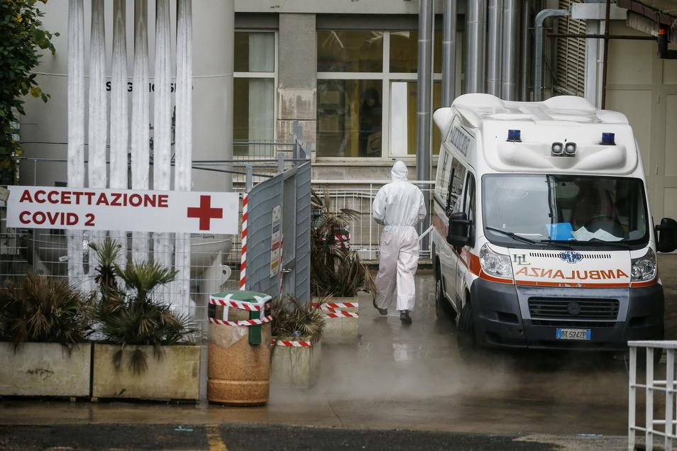 """Ein medizinischer Mitarbeiter im Schutzanzug am """"Agostino Gemelli""""-Krankenhausin Rom. Im Italien gelten derzeit strenge Beschränkungen."""