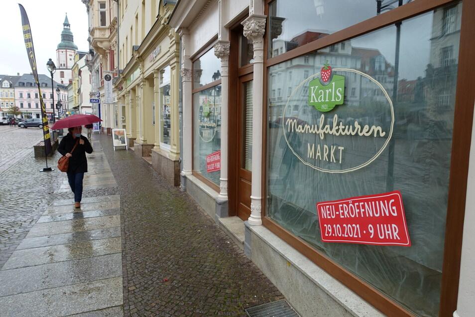 Das Karls-Logo prangt schon an den Schaufensters des Ladens am Döbelner Obermarkt.
