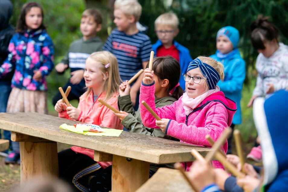 An der frischen Luft macht das Lernen doppelt so viel Spaß: die Rosenthaler Grundschüler bei der Einweihung ihres neuen draußen-Klassenzimmers.