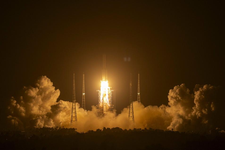 """China hat ein unbemanntes Raumschiff zum Mond gestartet. Die Rakete vom Typ """"Langer Marsch 5"""" hob am Montagabend MEZ vom Raumfahrtbahnhof in Wenchang auf der südchinesischen Insel Hainan ab."""