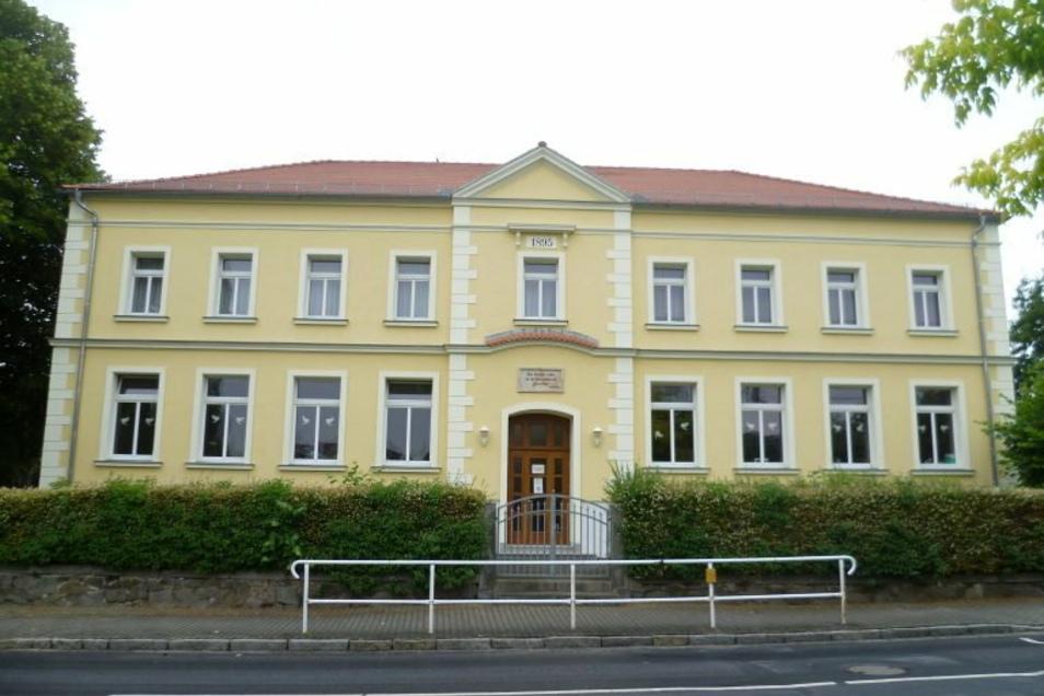 Auch in Lampertswalde - hier die alte Kirchschule - wird bald fürs Breitband gebuddelt.
