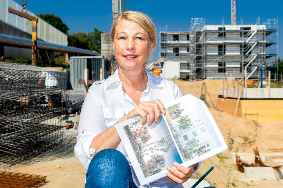 So sollen die Häuser an der Flinzstraße in Bautzen einmal aussehen, zeigt Kirsten Schönherr. Sie führt die Geschäfte der Bautzener Wohnungsbausgesellschaft, die derzeit mehrere Projekte in der Kreisstadt realisiert.