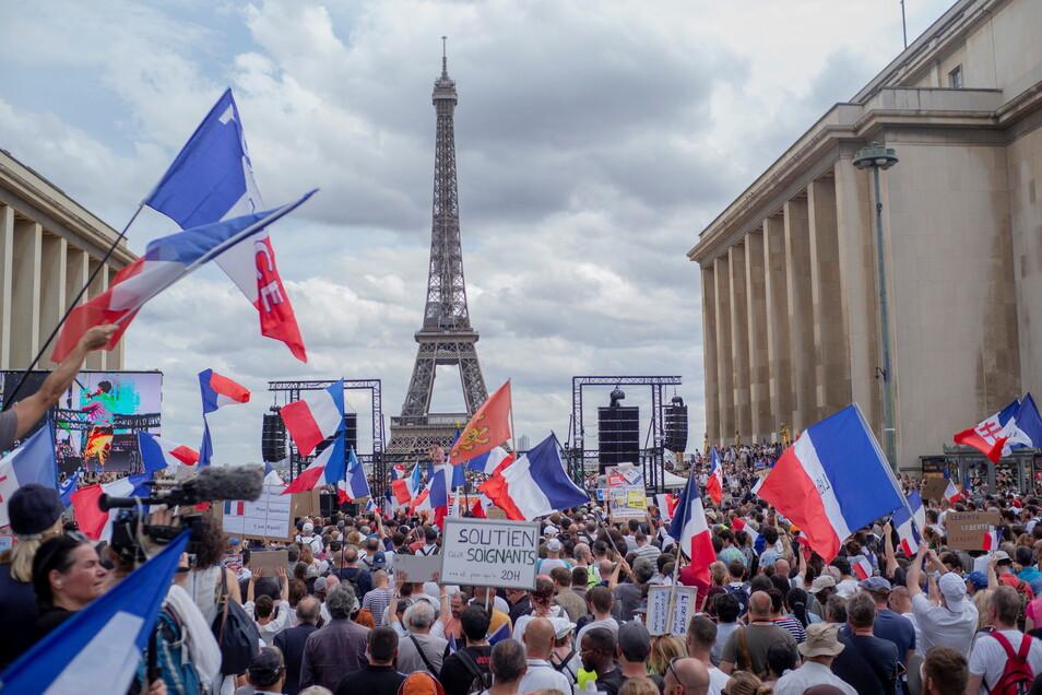 """Paris: Demonstranten nehmenam 24. Juli auf der """"Droits de l'homme""""-Esplanade am Trocadero-Platz an einem Protest gegen die Impfpflicht für bestimmte Arbeitszweige teil."""