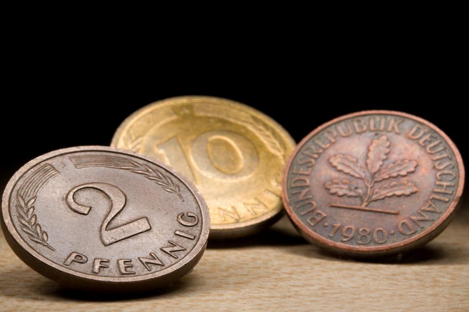 Mitte Juli waren Scheine im Wert von rund 5,77 Milliarden Mark (2,95 Mrd. Euro) und Münzen im Wert von etwa 6,61 Milliarden Mark noch nicht umgetauscht.