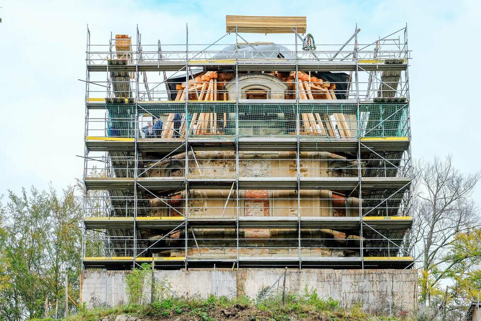 So sehen Waldspaziergänger derzeit das Hellhaus, ein kleines Schloss, ähnlich dem Fasanenschlösschen. Eingerüstet für die Arbeiten am Dach, soll bis zum Winter das Gebäude gesichert sein.