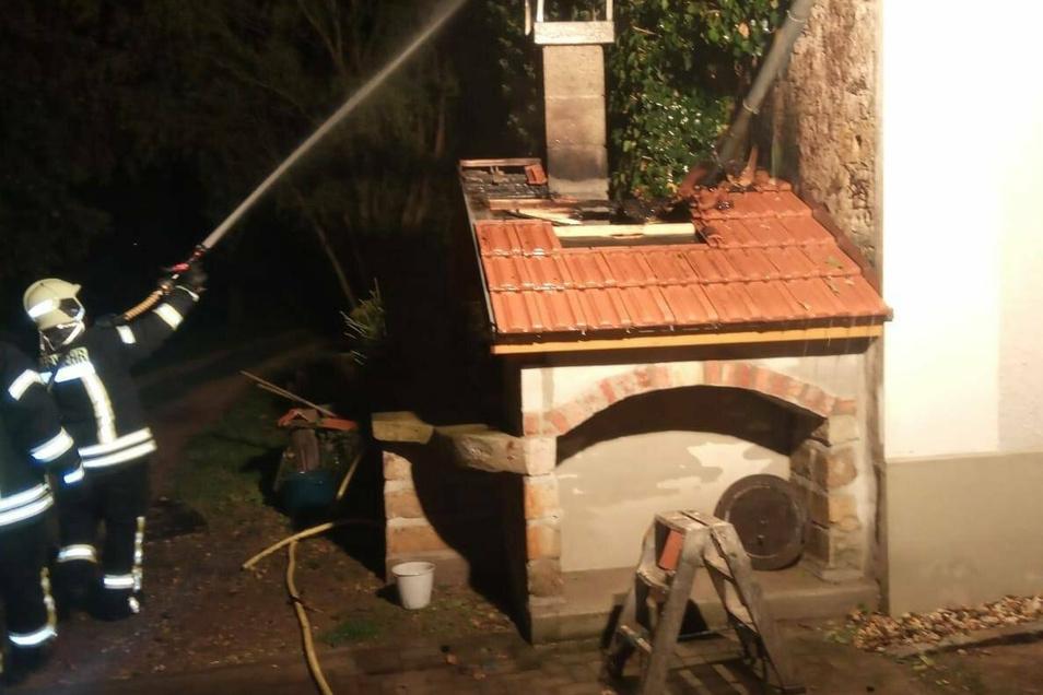 Feuerwehrleute mussten in der Nacht zu Mittwoch einen brennenden Ofen in Leutewitz löschen.