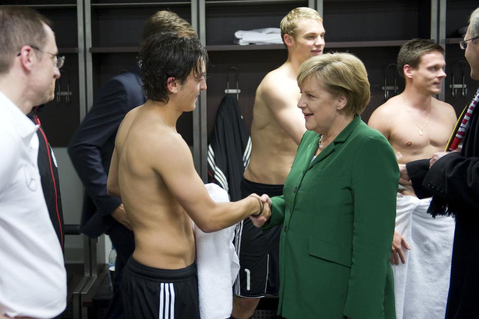 """Die """"Boulevardisierung"""" einst seriöser Medien ist kein neues Phänomen. Schon vor zehn Jahren wurde mehr über den kurzen Aufenthalt Angela Merkels zwischen halbnackten Nationalspielern geschrieben als über die tiefe Verquickung von Sport und Politik."""