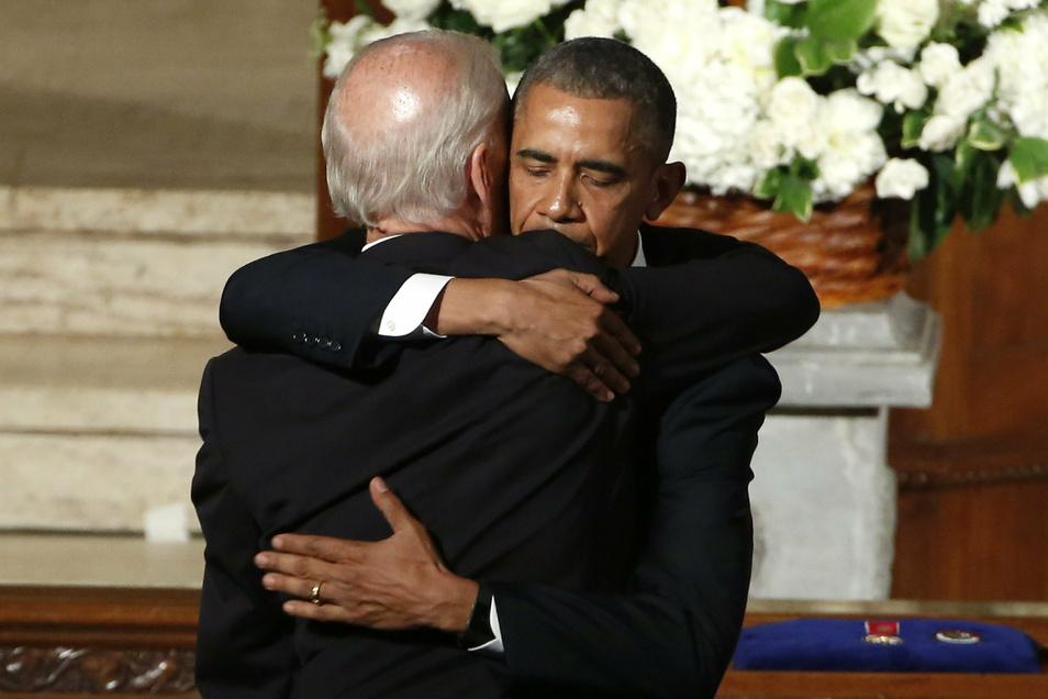 Der damalige Präsident Barack Obama umarmt im Juni 2015 den damaligen Vizepräsidenten Joe Biden während der Trauerfeierlichkeiten für Bidens Sohn Beau.