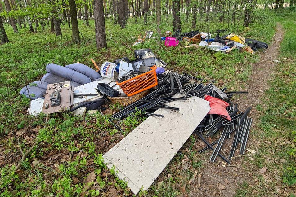 Hinweise in diesem illegalen Müllhaufen könnten zu den Verursachern führen. Die Polizei ermittelt.