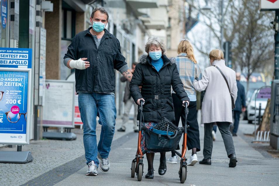 Menschen mit Mundschutz: In Deutschland ist dieser Anblick noch selten, doch in Tschechien kommt man seit Donnerstag ohne schon gar nicht mehr in öffentliche Verkehrsmittel.