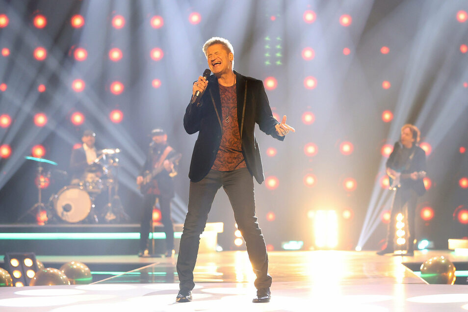 """Sänger Hartmut Engler von der Band Pur steht während der Fernsehgala """"Goldene Henne"""" auf der Bühne."""