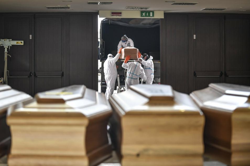 Bilder des Schreckens: Särge aus der Gegend von Bergamo wurden mit Militärtransportern in andere Gegenden gebracht.