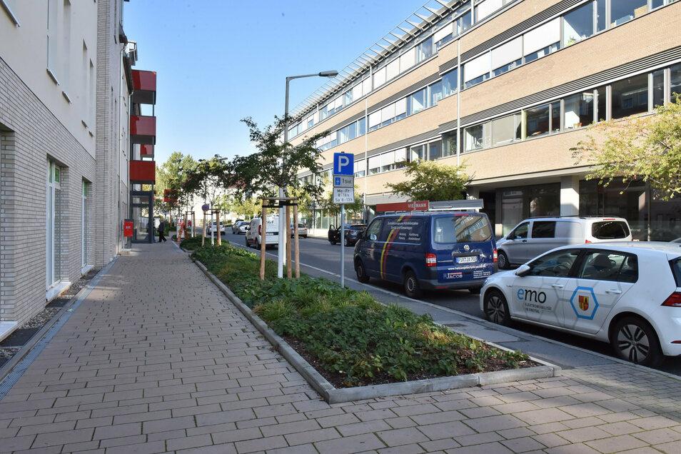 Mehr Licht, breite Wege, neue Bäume: Die Bahnhofstraße hat jetzt zwischen dem City-Center und dem Technologie- und Gründerzentrum Alleecharakter.
