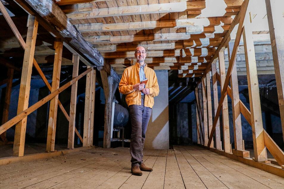 Mandaukasernen-Besitzer Thomas Göttsberger zeigt einen Teil der für die Notsicherung eingezogenen neuen Balken.