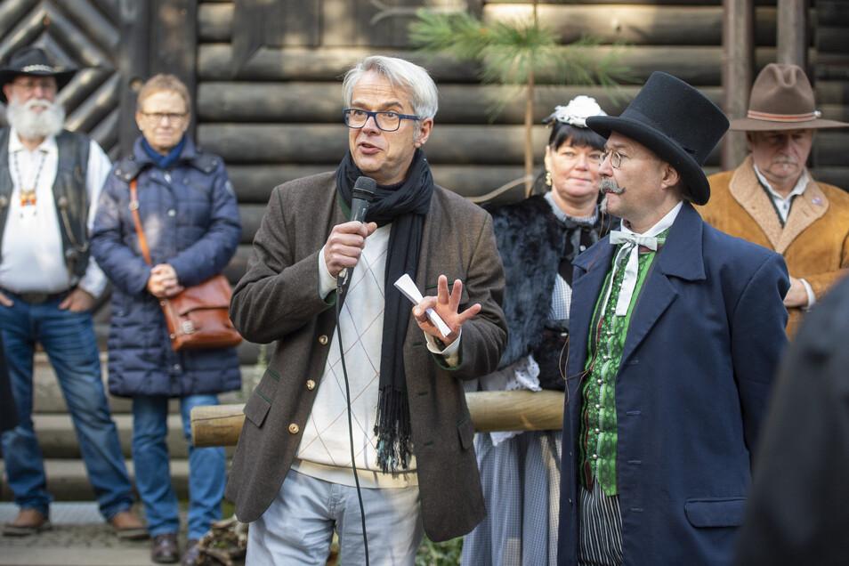 Christian Wacker (mit Mikrofon) kann Leute begeistern – hier mit Freunden der Karl-May-Szene.