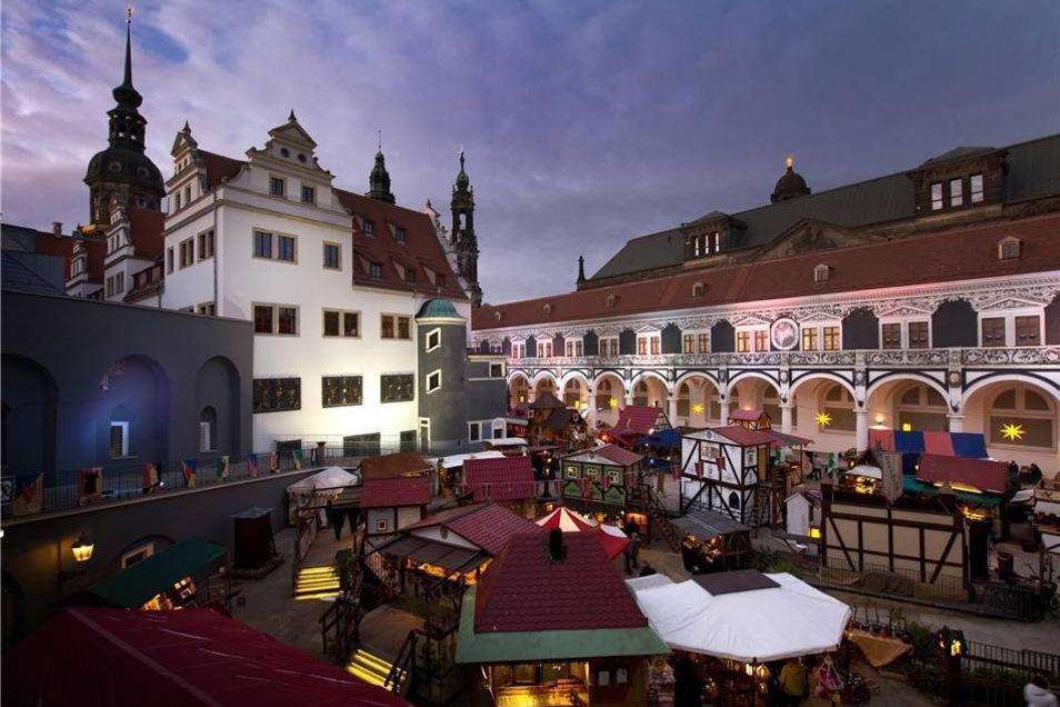 Auch im Stallhof hat der historische Weihnachtsmarkt am Mittwoch erstmals geöffnet.