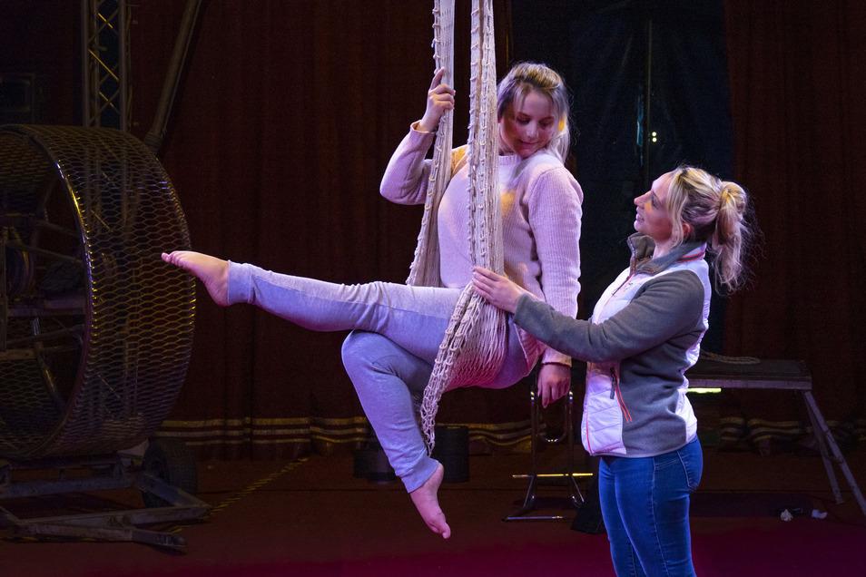 Artistin Alice (links) berät sich mit Jeannie Köllner vom Zirkus Karl Altoff. Die 20-Jährige ist kurzfristig für eine Kollegin eingesprungen, die sich am Donnerstag verletzt hatte.