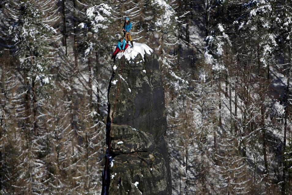 Klettern im Winter: Doreen Steudtner-Krause aus Pirna und Elisa Thar aus Porschendorf (stehend) auf der Heringsgrundnadel in der Sächsischen Schweiz.