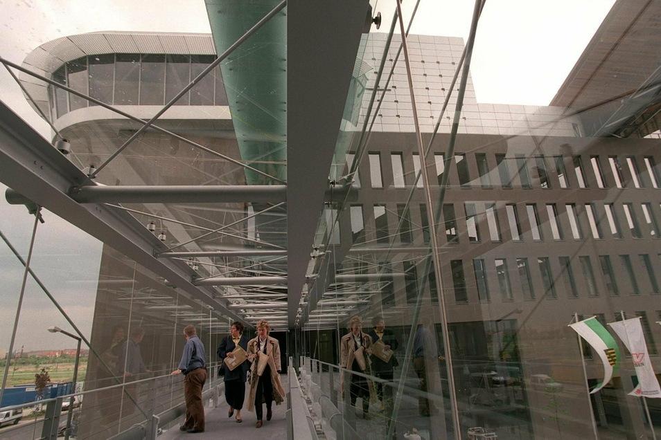 Die schiffförmige Hauptverwaltung der Sparkassen-Versicherung Sachsen in Dresden an der Flutrinne hat künftig noch mehr zu tun: Das Unternehmen kauft eine Versicherung in Prag.