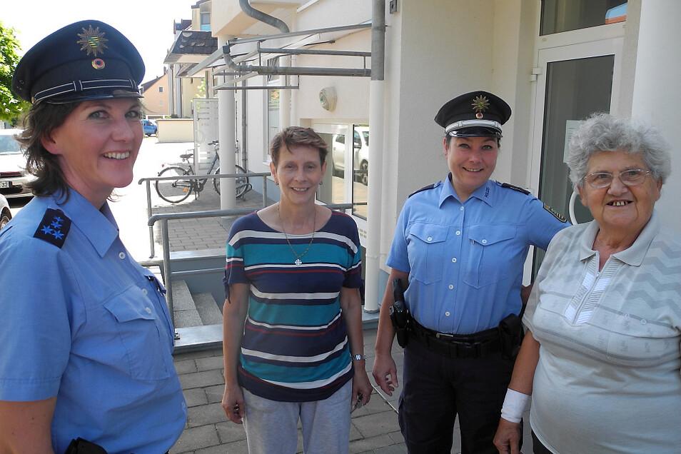 Bürgerpolizistinnen im Gespräch mit Wittichenauer Bürgerinnen