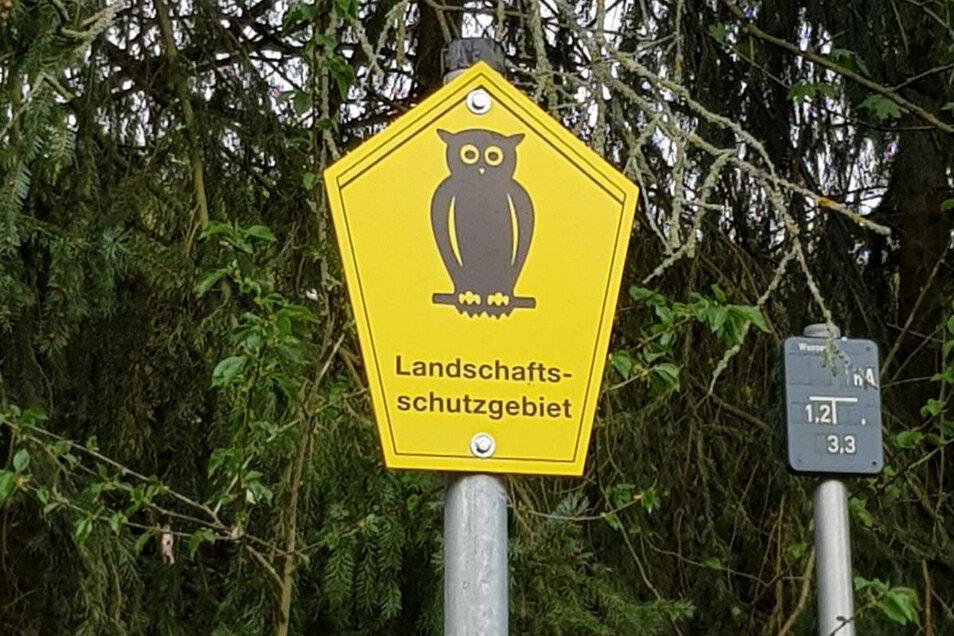 Neue Schilder wurden jetzt in Roßwein an der Grenze zur ehemaligen Deponie an der Wannesiedlung sowie an der Glasschleife aufgestellt. Sie weisen auf besonders schützenswerte Regionen hin.