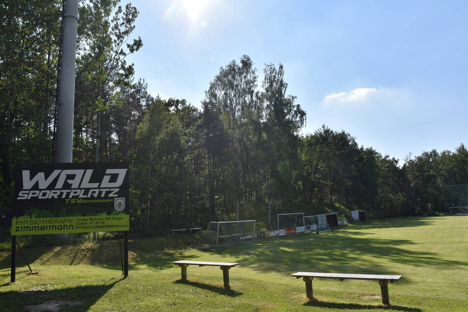 Waldsportplatz, das lässt sich in Seifersdorf zweideutig verstehen. Der Fußballplatz liegt nicht nur am Wald, sondern ist auf dem Papier auch Wald, zumindest gehört er dem Forst, noch.