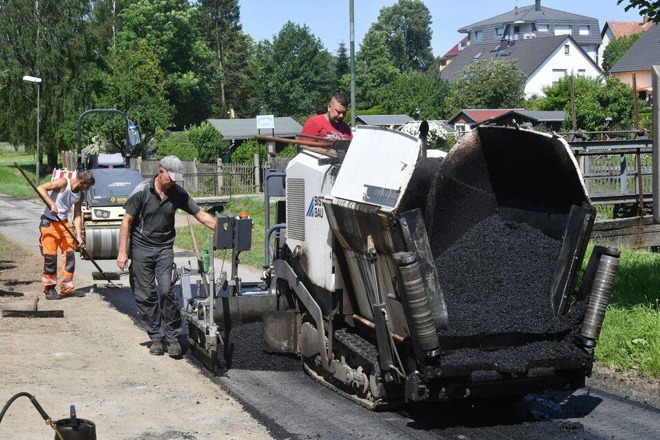 Der Wiesenweg in Langburkersdorf wird auf einem Stück neu asphaltiert.