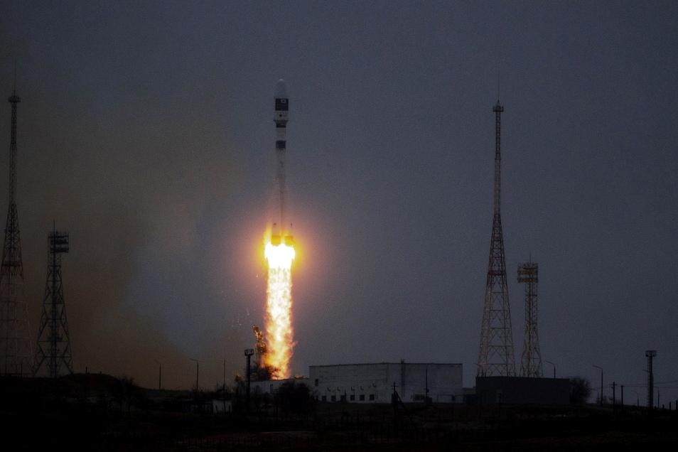Die Trägerrakete hebt vom russischen Weltraumbahnhof Baikonur in der zentralasiatischen Republik Kasachstan ab.