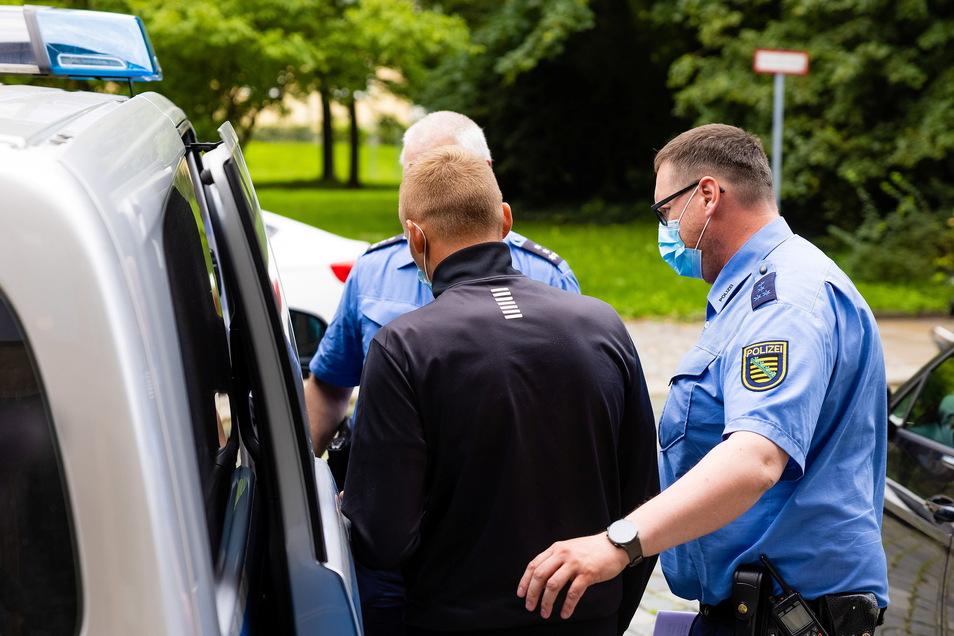 Die Polizei hat am frühen Donnerstagmorgen mehrere Wohnungen in Sachsen und Brandenburg durchsucht. Es geht um Beweise zu den Dynamo-Krawallen am Dynamo-Aufstiegstag am 16. Mai.