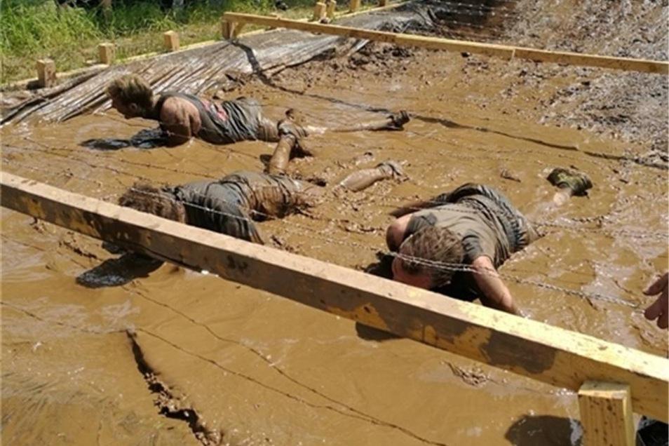 Bei vielen Hindernissen musste man im wahrsten Sinn des Wortes Dreck fressen. Keiner der Läufer blieb verschont.