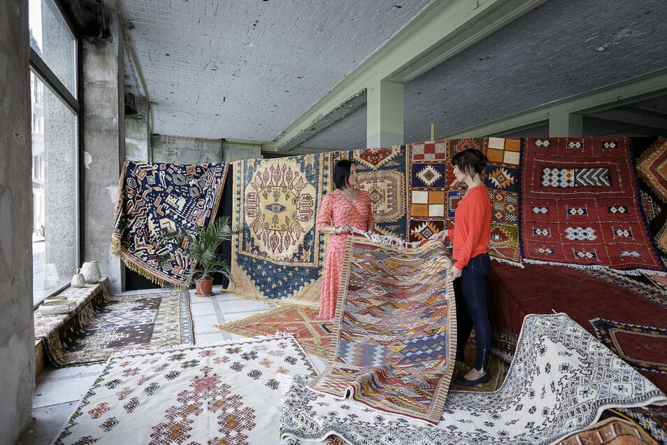 Janet Mantke, Chefin des Modehauses am Postplatz (l.) und Ina Stephan vom Kaufhausteam begutachten die Teppiche aus Marokko.