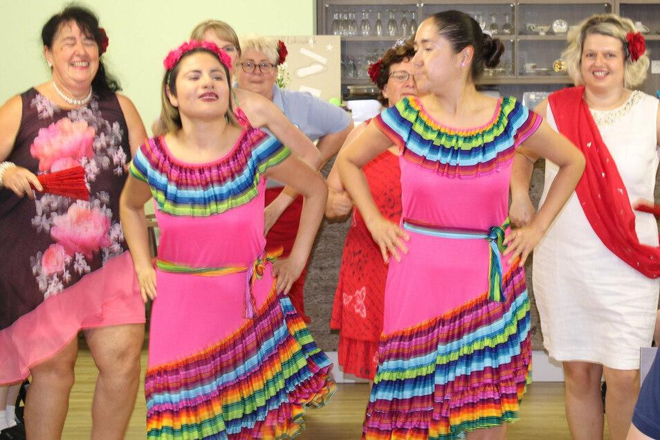 Seit 1. August 2020 gehören junge Mexikanerinnen zum festen Team des Azurit-Pflegeheimes in Kamenz. Bei einem mexikanischen Abend brachten sie Kollegen und Bewohnern ihre Traditionen näher.
