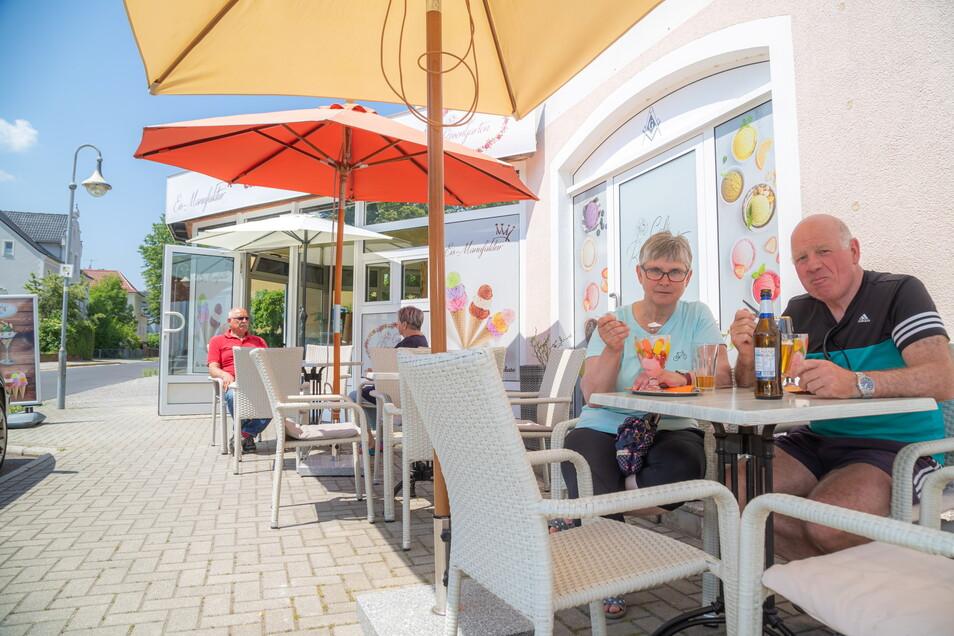 Brunhilde und Herbert Wakup aus der Nähe von Paderborn in Nordrhein-Westfalen genießen ihr Eis im Eiscafé Rosengarten in Niesky. Sie machen Urlaub und erkunden die Gegend mit dem Fahrrad.