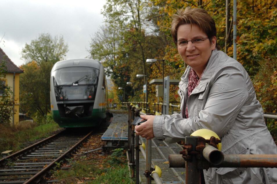 Bürgermeisterin Karin Berndt am Seifhennersdorfer Haltepunkt. Der Behelfsbahnsteig ist inzwischen abgebaut, weil derzeit keine Züge fahren.