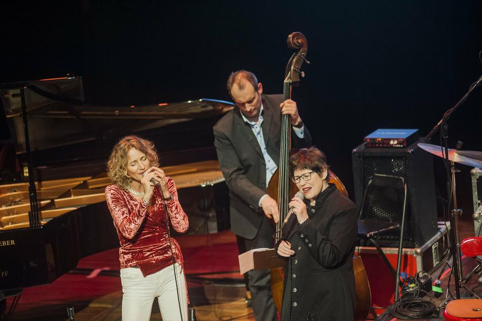 Manfred Krugs Tochter Fanny mit Uschi Brüning und Tom Götze am Bass 2018 im Kulturschloss Großenhain.