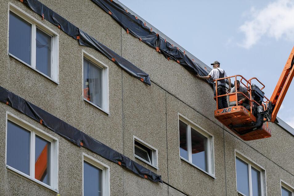 Vor dem Abriss der Häuser Alexander-Bolze-Hof 9 bis 21 in Königshufen haben Arbeiter Planen zur Vergrämung der Fledermäuse an die Gebäude gehängt. Mittlerweile haben die Fledermäuse Ersatzquartiere erhalten.