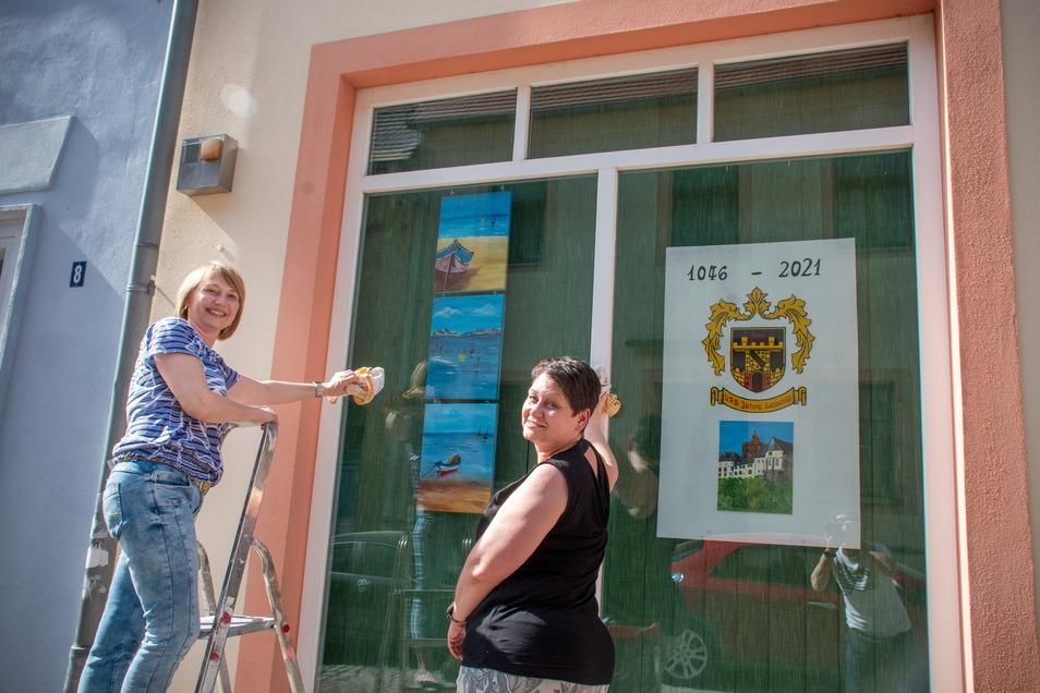 Gabi Janke (links) hat ihrer Schwester Katrin Gaumnitz bei der Gestaltung der Schaufenster des früheren Schlecker-Marktes geholfen. Dort zeigt Katrin Gaumnitz auch, womit sie ihre Freizeit verbringt: mit Aquarellmalerei. Darunter sind auch Heimatmotive..