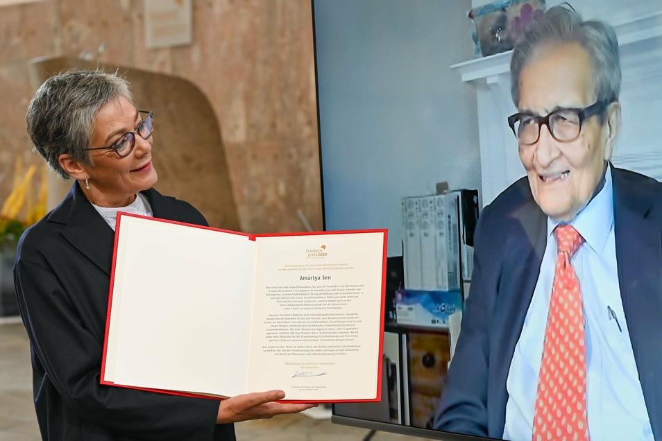 Karin Schmidt-Friderichs (l), Vorsteherin des Börsenvereins des Deutschen Buchhandels, verleiht Amartya Sen, indischer Wirtschaftswissenschaftler, Philosoph und Nobelpreisträger, der aus den USA zugeschaltet ist, in der Frankfurter Paulskirche den Fried