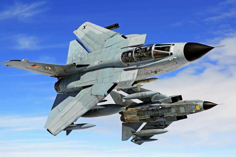 Dieses Symbolfoto zeigt zwei Tornados der Bundesluftwaffe im Flug.